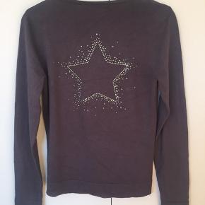 Let og blød v-cardigan i mørk grå med fin og intakt glimmerstjerne på ryggen.
