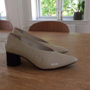 Rigtig flotte sko med hæl fra Storm og Marie. Skoene er aldrig brugt, da de desværre er lidt for store til mig.