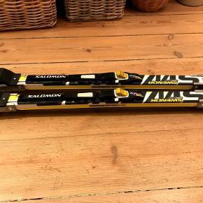 Let brugte Swenor fiberglass rulleski med Salomon bindinger samt Salomon fiberglass stave i størrelse 140cm