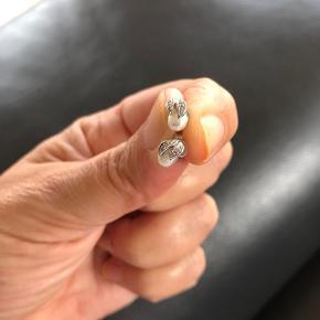 Smukke hvidguldsørestikker med brillianter og ægte perler. 14 karat. Køb inden 14. April for kun 2000,-kr.