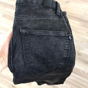 2nd Day Jolie skinny jeans, sort-grå, 25, næsten som nye.  Kan hentes i Blovstrød på Nordsjælland, hvis du vil spare portoen :)