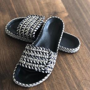 Varetype: Sandaler Farve: Multi Oprindelig købspris: 2400 kr.  Supercool sandaler, som desværre er købt lidt for små. Perfekte både med og uden strømper 😎 Farverne er sort/grå/råhvid. Kan justeres med velcro. Se også mine mange andre skønne annoncer 😊