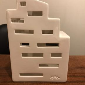 Jeg sælger dette fine hvide lyshus fra Kähler.  Lyshuset måler 16 cm. i højden, 11 cm. i bredden og 7,5 cm. i dybden.   Pris 100 kr.
