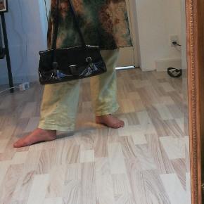 Læder taske med flere rum. Fede spænde detaljer og god størrelse.