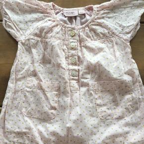 Varetype: Kjole Størrelse: 1½-2mdr Farve: Lyserød  2 fine kjoler i str. 56 aldrig brugt - kun vasket i neutral  Pris pr. Kjole