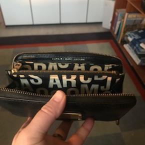 Det er en stor pung / clutch ca 10 X 20 cm. Kan fx  indeholde telefon , mønter, kort mv.