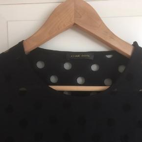 Smuk sort bluse, passer M/L. Bytter ikke 🙂