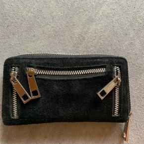 Sort nunoo pung   Den er gået lidt i stykker, men pungen kan bruges alligevel (se billede)