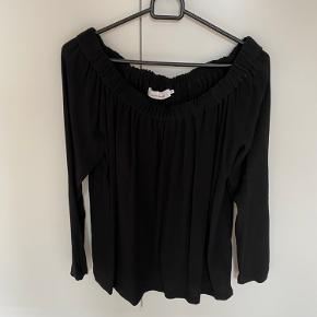 Sort bluse fra Samsøe. Man kan tage den ned så man har bare skuldre