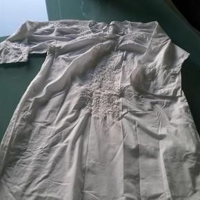 Meget smuk tunika/kjole, med broderi ved hals og bærestykke. Brugt få gange grundet fejl størrelse. SOM NY!! Længde er midt lår v. 176 cm. Hvid løs underkjole medfølger.