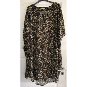 Str. XL i storpigestørrelse. Chiffon-kjole. Små pailletter i halsudskæring, på ærmerne, ned langs siderne og langs kjolens nederste kant. Brystvidde:85 cm. X 2. Længde: 100 cm. 100% polyester.