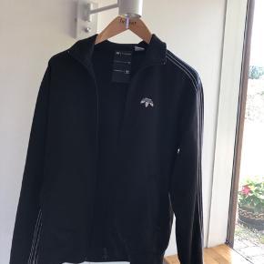 OBS❗️Trøjen er som en medium Jeg sælger denne virkelig fede Alexander Wang x Adidas trøje, som er købt i Illum sidste år. Den har et virkelig specielt look i forhold til andre Adidas trøjer, da dette er et collab mellem Adidas og modehuset Alexander Wang. Hvis du har evt. spørgsmål, må du gerne smide en besked til mig!