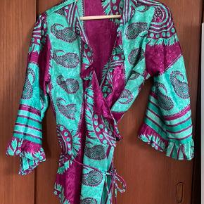 Slå om bluse, stærke farver