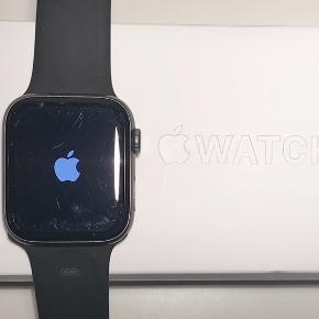 Apple Watch series 4. 44mm. Købt 4/5/2019. Der er nogle ridser på glasset (se 2. billede), men uret virker 100% som det skal.   Sort sportsrem i str. M/L (brugt men god stand), samt en i str. S/M (aldrig brugt) medfølger.  Original emballage, oplader og kvittering medfølger også!