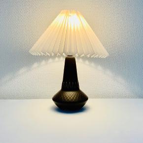 Smuk mørkebrun matglaseret Søholm bordlampe nr. 926. 23 cm. høj incl. fatning. U/ bomærke mærket 926 Prisen er ekskl skærm