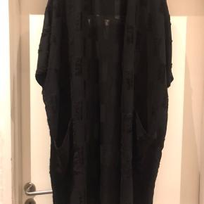 Lækker kimono / cardigan med lommer foran .  Er som ny 👍