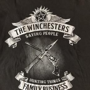 Supernatural T-shirt. Brugt få gange.  Har flere fandom T-Shirts til salg. Fra ikke rygerhjem. Der står XL i den men er lille størrelse.  #30dayssellout