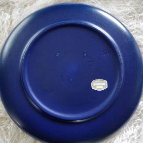 Keramik fad Ø30 i marine blå farve fra Knabstrup keramik. Der er stadig mærkat under bunden med nr