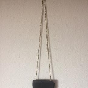 H&M - lille taske Næsten som ny (lidt tabt farve på lukke dimsen) Farve: sort 1 rum Længde: 14 cm Højde: 12 cm Bredde: 5 cm Køber betaler Porto!  >ER ÅBEN FOR BUD<  •Se også mine andre annoncer•  BYTTER IKKE!