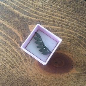 Six leaves ørering i oxyderet Sterling sølv. Låsen er i almindeligt sølv og ikke oxyderet, brugt få gange.
