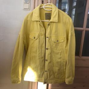 Fedeste gule jakke 💛💛  Der står i jakken det er en str xs, men jeg tænker det er fordi den skal være oversize. Jeg er selv en M, og i kan se den på mig på billede 2.  #30dayssellout