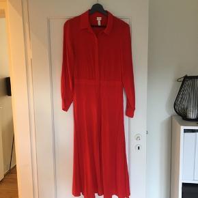 Er desværre nødt til at sælge denne fine kjole, da den bliver for lille om skuldrene og derfor kun blevet brugt én gang siden jeg købte den i sommers.