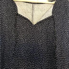 Varetype: Tunika / kjole Farve: Blå Prisen angivet er inklusiv forsendelse.  Fin tunika blå med hvide prikker. Bm ca 2x55 cm Hel længde ca 86 cm