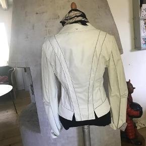 Brand: Armani Jeans Varetype: Læderjakke Størrelse: 42 men lille i størrelsen  Farve: Beige,  Grå  Super fed skindjakke som er meget blød i skindet 😊  Lille i størrelsen   Bryst 47 x 2   Længde 57