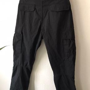 Klassisk Cargo bukser i sort. Størrelse W31 Kun prøvet på. BYD. Ellers køb nu!