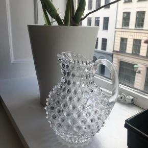Smuk pindsvinekande i perfekt stand. Klart tjekkisk glas og virkelig fin.   Højde 19cm.   Bytter aldrig - Sender gerne - Prisem er fast