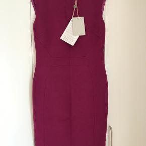 Super flot Emilio Pucci kjole til salg.  Farve Lilla / Purple Størrelse (Label): Italiensk 42 / Fransk 38 / USA 8 / UK 10  kjolen er helt ny og har originale tags