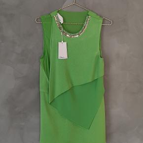 Smuk grøn bluse fra 3.1 Phillip Lim. Jeg har aldrig brugt den og tags er på. Små trådudtræk bagpå. Nypris 3800 kr.  Str 4 - passer dk str 34 Brystmål ca 46x2 cm Længde ca 74 cm