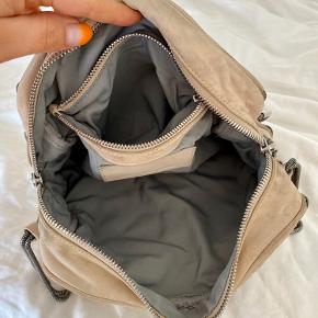 Brenda tasken fra Alexander Wang i beige.  Har lidt slidtage fra brug, men har mest bare fed patina.  ————————  🌸 HUSK 🌸 at du kan lægge flere af mine varer i din kurv og kun betale porto én gang ✨  ————————