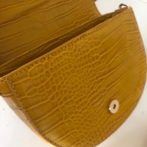 Brand : Pieces Varetype : Taske med justerbar rem Farve : Gul  Ny og ubrugt