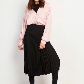 Lækker slå om-nederdel fra Envii 😍