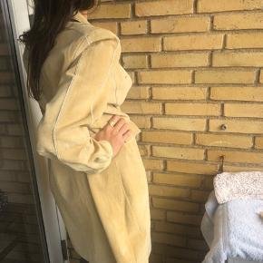 Nypris 999,- Ruskindsfrakke fra Vila. Brugt én gang. Rigtig fin stand. Jeg er selv S, så den vil nok se bedre ud på en der er M/L :)