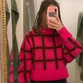 Monki Sweater, Næsten som ny. Øverød - Monki Sweater, Øverød. Næsten som ny, Brugt og vasket et par gange men uden mærker eller skader