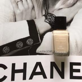 """Fin farve fra Chanel: 331 Allegoria .  Kanten går midt imellem teksten """"nail colour"""" og """"331"""" så der er va halvdelen tilbage . Toplåg og æske medfølger ikke . Ved køb over mobilpay kan den sendes billigere med postnord (20 kr Porto alm brev)   Se også alle mine andre annoncer..  Søgeord: Chanel nail colour nail polish les vernis neglelakke neglelak"""