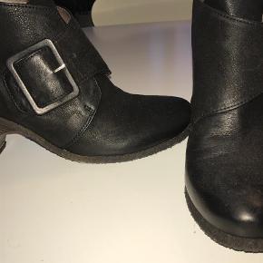 Varetype: Ankelstøvler Farve: Sort Oprindelig købspris: 1500 kr.  De hedder Lofina men det er det nye navn for Gidigio