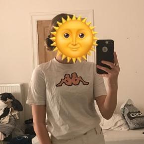 Hvid Kappa Tshirt i str 152/12 år. Kan sagtens passes af en XS eller S. Er i tvivl omkring hvad den har kostet for ny men gætter på omkring de 100kr