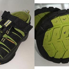 Varetype: sandaler Farve: Sort/Lime  Keen sandaler str. 24 Farve: Sort/lime grøn Brugte men pæne Pris: 40 kr. eller kom med et bud  Porto:  60 kr. som brev med PostNord  37 kr. som pakke med Coolrunner  39 kr. som pakke med G-porto (GLS) 49 kr. som pakke med G-porto (PostNord)