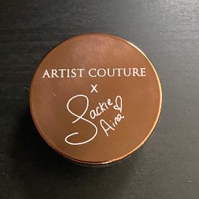 Artist Couture x Jackie Aina Diamond Glow Powder i farven La Peach. Brugt en gang.  110 kr. + porto