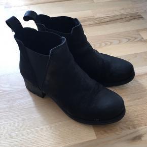 Sælger disse super fine vinterstøvler.  Jeg købte dem sidste år, men fik dem ikke rigtigt brugt da jeg har et par andre der minder om. Der er for i dem, hvilket gør at man sagtens kan holde varmen i dem. Ny pris var 799kr