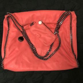 Super flot taske i den smukkeste farve ❤️ meget sommerlig  God, stor og rumlig. Der følger en lille pung med.  Dustbag med følger.  Fremstår i perfekt stand