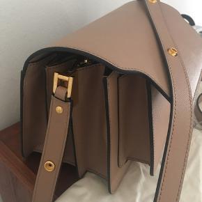Marni trunk taske i beige. For desværre ikke brugt denne lækre taske, da den er for stor til mit behov. Gået med 1 gang. Standen er derfor som ny.  Mindste pris er 8.700kr  Mødes for at handle.