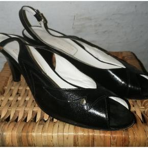 Rigtig fine vintage sling sandaler / heels fra Gabor. Minimum 60 år gamle - i rigtig pæn stand for alderen. Ikke meget synligt slid, bortset det, der ses under skoen.