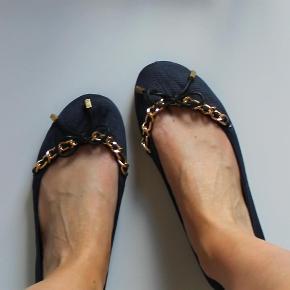 Varetype: ballerinasko ballerina ballerinaer flats sandaler sailor marineblå guld sløjfe kæde Størrelse: 5 Farve: Mørkeblå  Super søde ballerinasko fra Asos i sailor stil. De er str. 5, som svarer til str. 38 :-)  De sælges for 50 + porto :-)