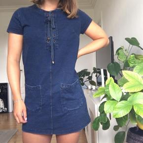 Fin kort kjole med sød detalje foran. I denim look.   #trendsalesfund
