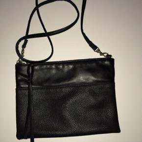 Taske fra H&M. Brugt få gange. Fejler intet. Sælges da jeg ikke har plads.  Ingen dyr eller rygning i hjemmet. Byd