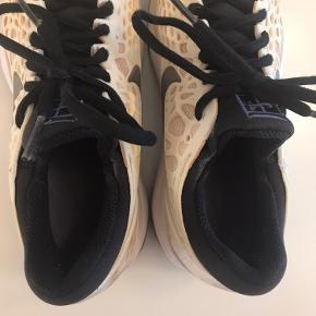 Super lækre Nike Air zoom cage tennissko i str. 37,5 (indvendigt mål 23,5 cm). Ikke brugt meget så stadig i rigtig fin stand. Nypris 950,-